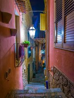 Италия. Сицилия. Таормина. Night view of a narrow street in Taormina, Sicily, Italy. Фото Dudlajzov - Depositphotos