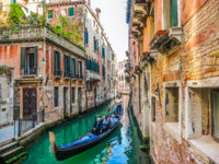 Клуб Павла Аксенова. Италия. Венеция. Traditional Gondolas on narrow canal between colorful houses, Venice, Italy. Фото pandionhiatus3 - Depositphotos