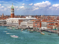 Клуб путешествий Павла Аксенова. Италия. Венеция. Venice, Italy, on a bright summer day.  San Marco crowded with tourists. Фото robynmac - Depositphotos