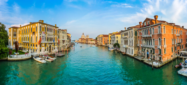 Италия. Венеция. Panoramic view of famous Canal Grande and Basilica di Santa Maria della Salute at sunset in Venice, Italy. Фото pandionhiatus3 - Depositphotos