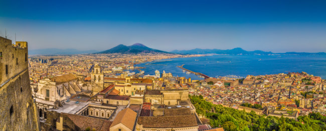 Италия. Неаполитанский залив. City of Naples with Mt. Vesuvius at sunset, Campania, Italy. Фото pandionhiatus3 - Depositphotos
