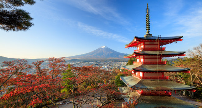 Япония. Гора Фудзияма. Mt. Fuji with Chureito Pagoda at sunrise, Fujiyoshida, Japan. Фото lkunl - Depositphotos