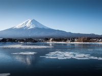 Lake Kawaguchi is located in the border Fujikawaguchiko and Minobu, southern Yamanashi Prefecture near Mount Fuji, Japan. Фото Torsakarin - Depositphotos