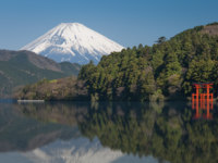 Япония. Гора Фудзияма. Beautiful Lake ashi and mt. Fuji in autumn season. Фото Torsakarin - Depositphotos