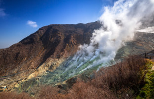 Япония. Гора Фудзияма. Active sulphur vents of Owakudani at Fuji volcano, Japan. Фото Patryk_Kosmider - Depositphotos