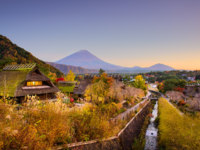 Япония. Гора Фудзияма. Mt. Fuji, Japan with historic village Iyashi no Sato during autumn. Фото sepavone - Depositphotos