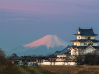 Sekiyado Castle and Mountain Fuji at sunset. Sekiyado Castle is a Japanese castle located in Noda, northwestern Chiba Prefecture, Japan. Фото Torsakarin - Depositphotos