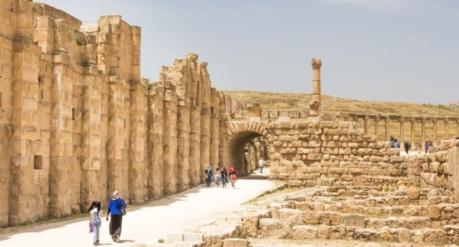 Клуб путешествий Павла Аксенова. Иордания. Джераш. Main trail in famous archaeological Roman site in Jerash (Jordan). Фото photoweges - Depositphotos