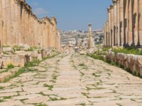Иордания. Джераш. Colonnaded Street in Roman city of Gerasa near Jerash (Pompeii of the East. The city of 1000 columns). Northern Jordan. Фото Curioso_Travel_Photography - Depositphotos