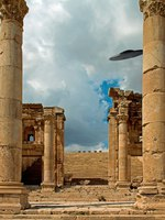 Клуб путешествий Павла Аксенова. Иордания. Джераш. Columns of the ruins of Jerash, Jordan with a UFO sighting. Фото Marco Carbonini - Depositphotos