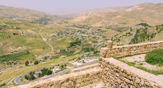 Клуб путешествий Павла Аксенова. Иордания. View from the fortress on the city of Karak in Jordan. Фото photoweges - Depositphotos