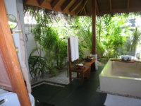 Мальдивы. Anantara Dhigu Resort & Spa, Maldives. Beach Villa Bathroom. Фото Павла Аксенова
