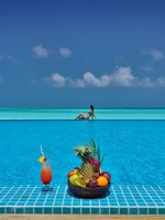 Клуб путешествий Павла Аксенова. Мальдивы. Atmosphere Kanifushi Maldives. THE-SUNSET-POOL-VIEW-WITH-FRUIT-BASKET-AND-MODEL