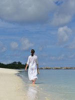 Мальдивы. Gili Lankanfushi Resort, Maldives. Happy woman enjoy summer time. Фото .shock - Depositphotos