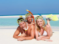 Мальдивы. Maldives. Family With Snorkels Enjoying Beach Holiday. Фото Monkey Business - Depositphotos
