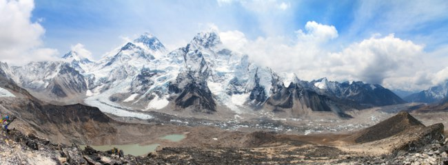 Непал. Гималаи. Panoramic view of Mount Everest with beautiful sky and Khumbu Glacier - way to Everest base camp, Khumbu valley, Sagarmatha national park, Nepal. Фото prudek - Depositphotos