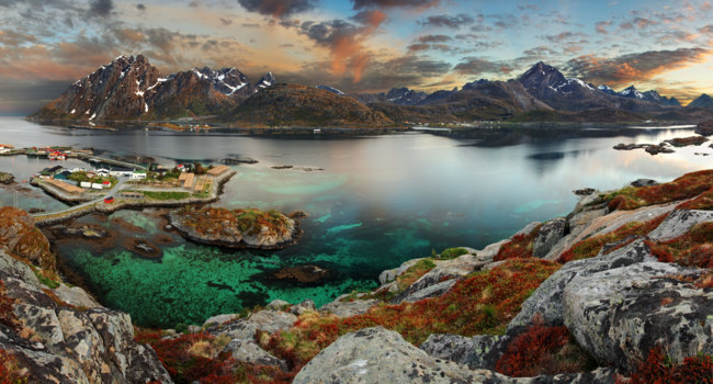 Блог Павла Аксенова. Норвегия. Norway village with mountain. Фото TTstudio - Depositphotos
