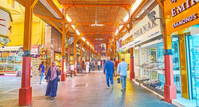 ОАЭ. Дубай. The covered alleyway of Gold Souq with wooden ceiling and columns, lined with jewelry stores and souvenir stalls in Dubai. Фото efesenko - Deposit