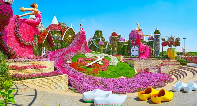 ОАЭ. Дубай. Сад чудес. Panorama with floral clock, dancing ballerinas, Dutch clogs (klomp) and small houses in Miracle Garden in Dubai. Фото efesenko-Deposit