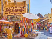 The stores of Bur Dubai Grand Souq (bazaar, market) offers handicrafts, souvenirs, cashmere scarfs, embroidered pillowcases, Dubai. Фото efesenko - Depositphotos