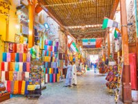 Walk the old alleyway of Bur Dubai Grand Souq, choose the souvenirs, magnets, cashmere scarves, pottery and accessories in Dubai. Фото efesenko - Depositphotos