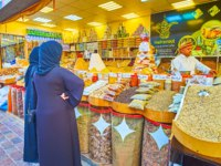 ОАЭ. Дубай. Всемирная деревня. The women choose the spices in stall of Yemen pavilion of Global Village Dubai in Dubai. Фото efesenko - Depositphotos