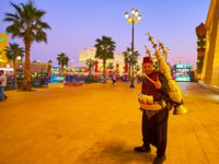 ОАЭ. Дубай. Всемирная деревня. The portrait of Turkish tea vendor with the scenic Eastern samovar, Global Village Dubai in Dubai. Фото efesenko - Depositphotos