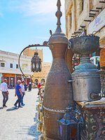 Катар. Доха. Рынок Сук-Вакиф. The showpiece of large dallah coffee pot in front of the antique store in Souq Waqif in Doha. Qatar. Фото efesenko - Depositphotos