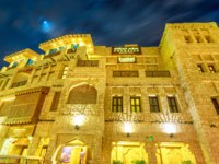 Катар. Доха. Facade of historic building at Souq Waqif in Qatari architectural style at night. The souq is considered one of best location in Doha. Фото bennymarty-Depositp