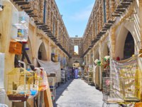 Катар. Доха. Рынок Сук-Вакиф. Narrow gallery of Pet Market, Souq Waqif, Doha, Qatar. Фото efesenko - Depositphotos