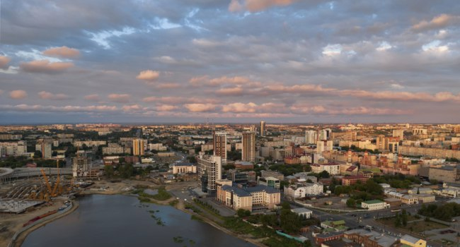 Клуб путешествий Павла Аксенова. Россия. Панорама Челбинска. Drone moving forward over the city center. Chelyabinsk. South Ural. Фото pingvin1337 - Depositphotos
