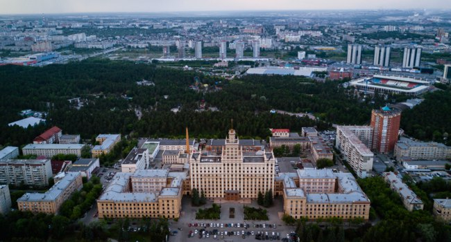 Россия. Панорама Челбинска. Chelyabinsk city center, South Ural State University campus near the one of the biggest city forest. Фото pingvin1337 - Depositphotos