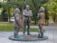 The Townspeople's Conversation sculpture by A.Antonov depicting the three famous Urals artists M.Brusilovsky, V.Volovitch and G.Metelyov. Фото markovskiy-Deposit
