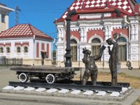 Sculpture of two railway trackmen near the Old railway station building. The sculpture by sculptors Yury Krylov and Alexander Koroteev. Фото markovskiy-Deposits