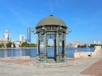 Россия. Екатеринбург. Rotunda on the embabkment of the city pond in Yekaterinburg, Russia. Фото markovskiy - Depositphotos