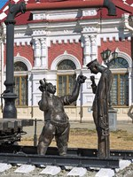 Sculpture of two railway trackmen near the Old railway station building. The sculpture by sculptors Y.Krylov and A.Koroteev was installed in 2003. Фото markovskiy-Deposit