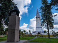 Россия. Палех. Крестовоздвиженская церковь. Monument to Lenin and the Holy Cross Orthodox Church. Palekh, Ivanovo Region. Фото svn48 - Depositphotos