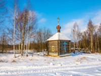 Палех. Wooden chapel on the sacred source of the Tikhvin icon of the Mother of God near the village of Podolino. Palekh, Ivanovo oblast. Фото svn48 - Depositphotos
