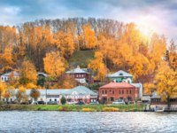 Золотое кольцо России. Плес. Kuvshinnikovas coffee house on the shore among red autumn trees in Ples. View from the water. Фото yulenochekk - Depositphotos