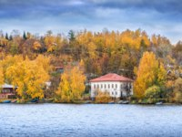 Золотое кольцо России. Плес. House with a red roof on the Volga embankment in autumn Ples. View from the water. Фото yulenochekk - Depositphotos