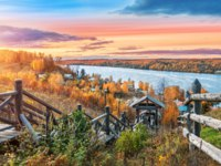 Золотое кольцо России. Плес. Wooden staircase to Mount Levitan in the city of Plyos and a view of the Volga in autumn evening. Фото yulenochekk - Depositphotos