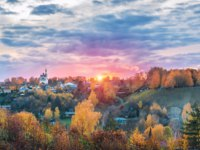 Золотое кольцо России. Плес. Trinity Church in Plyos and Cathedral Mountain against the backdrop of a pink sunset autumn sky. Фото yulenochekk - Depositphotos