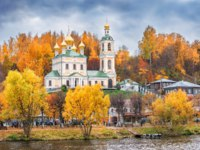 Плес. Resurrection Church with golden domes on the shore among the red autumn trees in the city of Plyos. Фото yulenochekk - Depositphotos