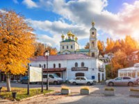 Золотое кольцо России. Плес. Resurrection Church on the mountain in the city of Plyos and ancient buildings in autumn day. Фото yulenochekk - Depositphotos