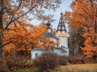 Золотое кольцо России. Плес. Assumption Cathedral of Plyos on Cathedral Mountain in the morning among red autumn oak trees. Фото yulenochekk - Depositphotos