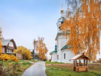 Золотое кольцо России. Плес. Varvara Church in Plyos and a wooden well next to the red autumn birch. Фото yulenochekk - Depositphotos