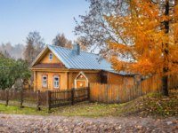 Плес. Yellow wooden house in Plyos and red larch. The inscription On the house - street name Descent of the mountain of Freedom. Фото yulenochekk - Depositphotos