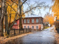 Плес. Oreshins' house in Plyos among trees in an autumn rainy day. The inscription on the plate Birch Grove, Transfiguration Church. Фото yulenochekk - Depositphotos