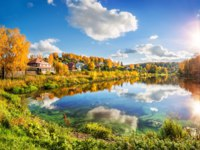 Золотое кольцо России. Плес. Autumn landscape with wooden houses and with reflections in the river Shokhonka in Plyos. Фото yulenochekk - Depositphotos