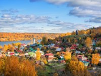 Плес. View of the houses of Plyos, Mount Levitan and the Volga River from the height of Cathedral Mountain in autumn sunny day. Фото yulenochekk - Depositphotos